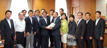 平成25年5月29日(水) 下村文部科学大臣 署名簿を提出