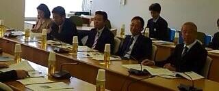 平成26年11月18日(火) 産業労働常任委員会管外視察 新潟市役所でハバロフスクとの姉妹都市の提携