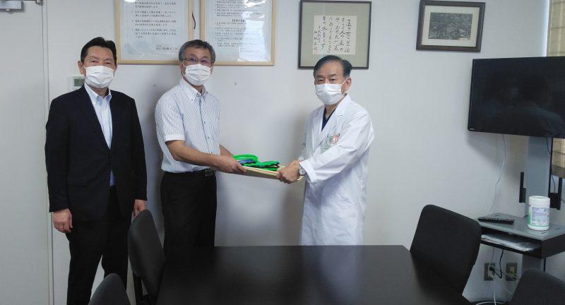 2020年7月21日(火) 加古川医療センターの原田院長に対し、R-evolutionの中田代表からフェイスシールドの寄贈